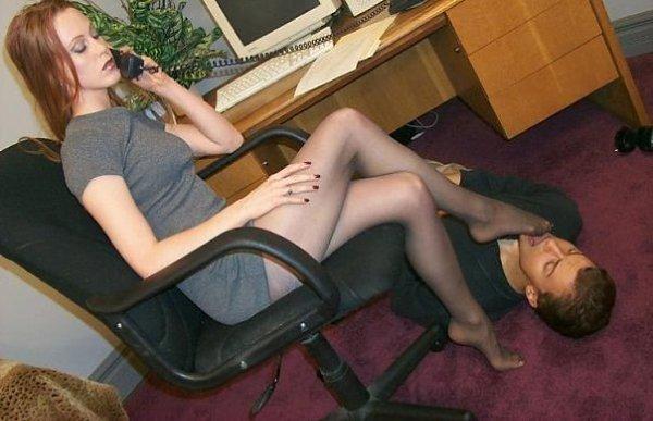 раб лижет ножки в колготках