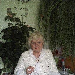 Связала себе такую красивую накидку, а дочка сделала фото и зарегистрировала в фотостране. Снимок на моей кухне среди любимых цветов.