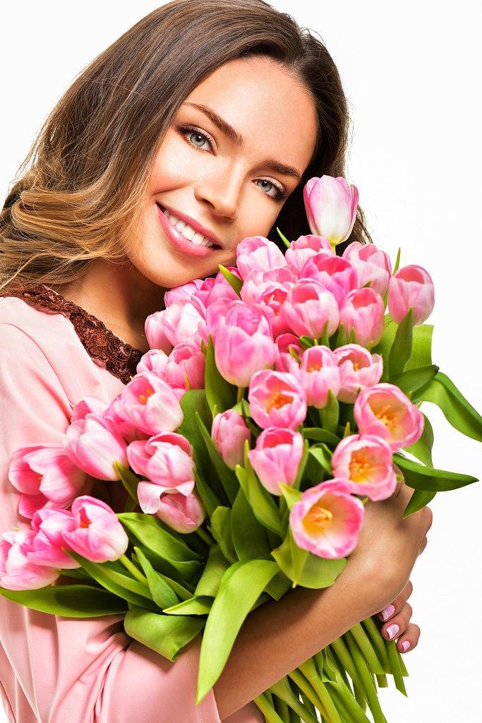 Поздравление день, открытка девушка и тюльпаны