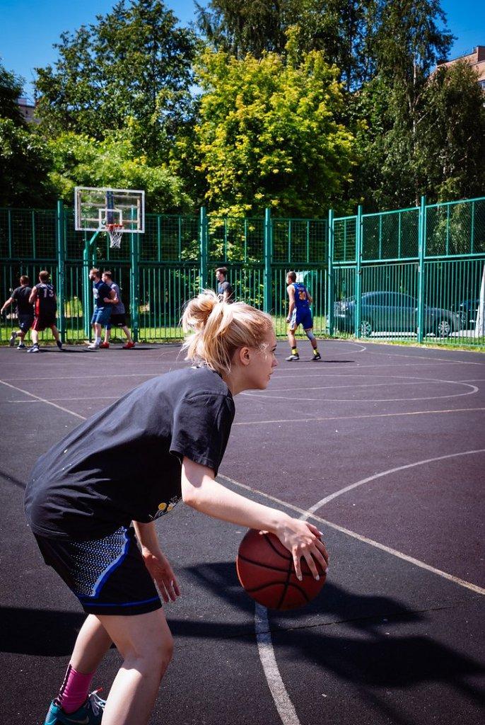 По адресу: ул. Бестужевых д.25-а прошел турнир по стритболу, посвященный Дню России.