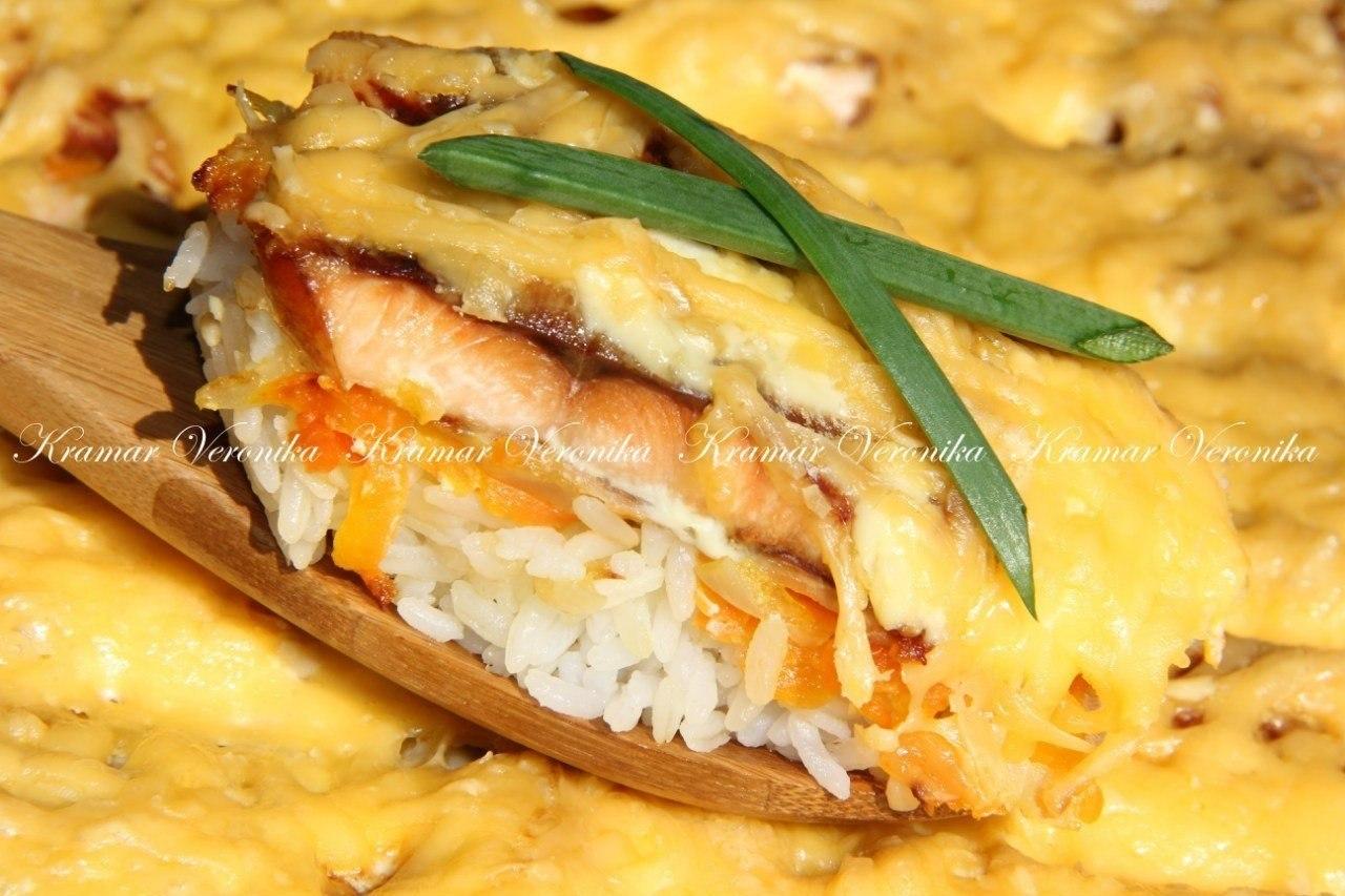 Горбуша запечёная под сыром на рисовой подушке.Нам потребуется:филе горбуши 1 кгрис 400 грлук ...