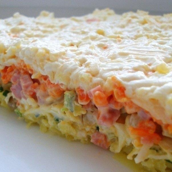 Очень вкусный слоеный салатик.1-й слой: отварная картошка, натертая на крупной терке2-й слой: ...