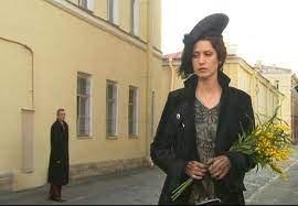 """""""Она несла в руках отвратительные, тревожные желтые цветы. Черт их знает, как их зовут, но они ..."""