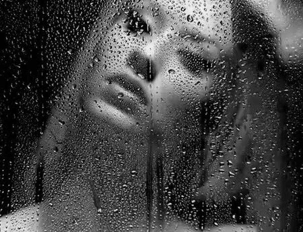 Анимашки женщина и дождь, открытка