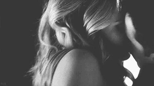 Гифы девушка и парень целуются